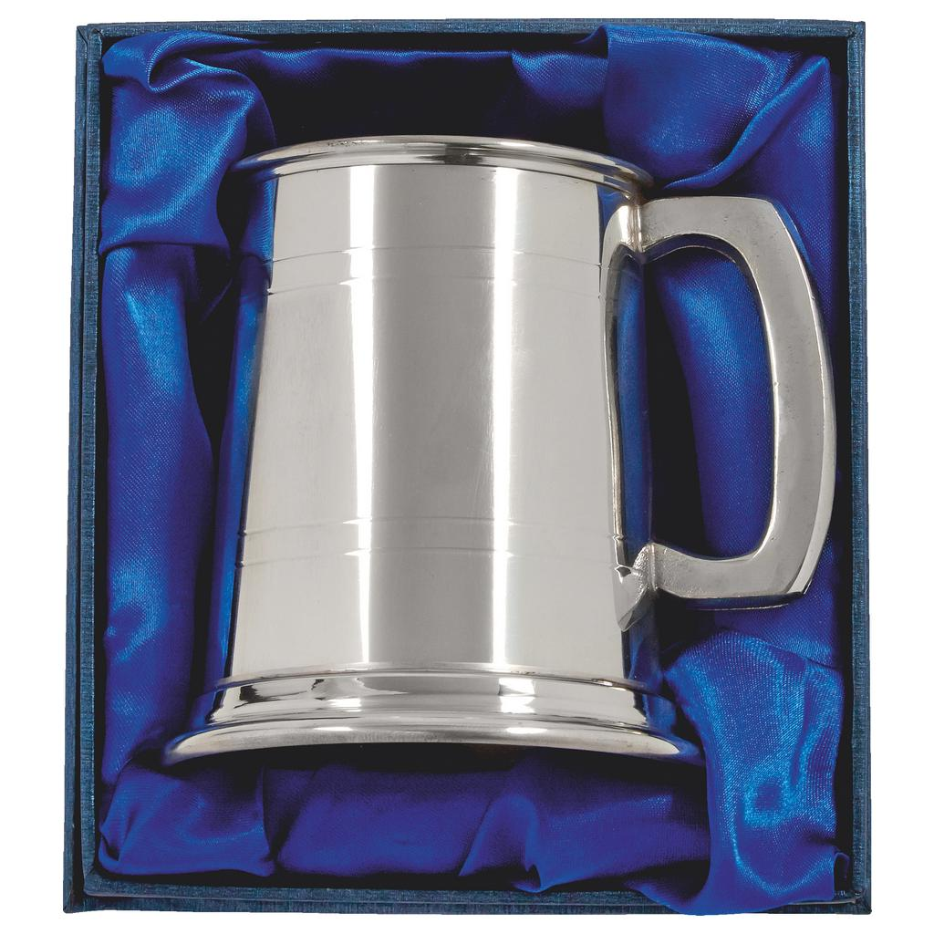 Pewter Tankard Half Pint - Presentation Box. Constructed from English pewter by expert craftsmen. Two sets of horizontal pressed lines running around the tankard. Presented in a blue line display box. Also incorporating a plain handle.